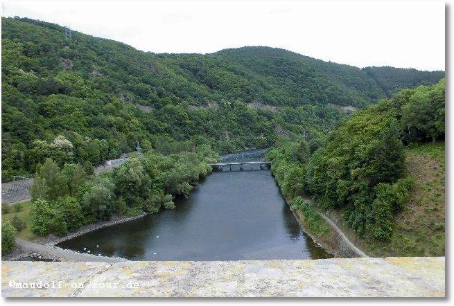 2015-06-09 Ederstausee Staumauer ins Tal 1