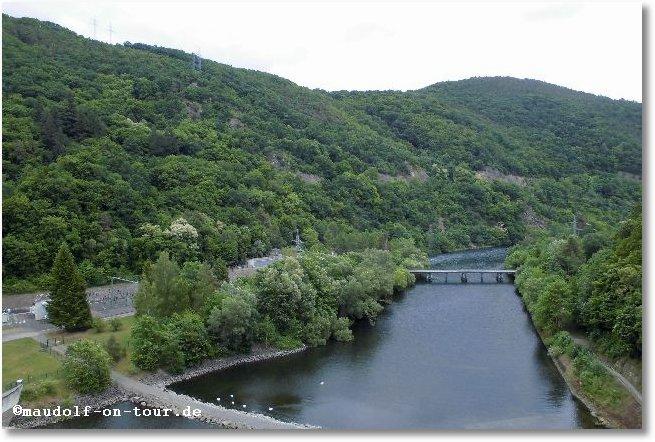 2015-06-09 Ederstausee Staumauer ins Tal 2