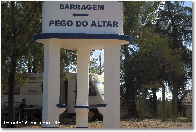 2015-10-15 Betonierter Wegweiser zum Pego do Altar 1