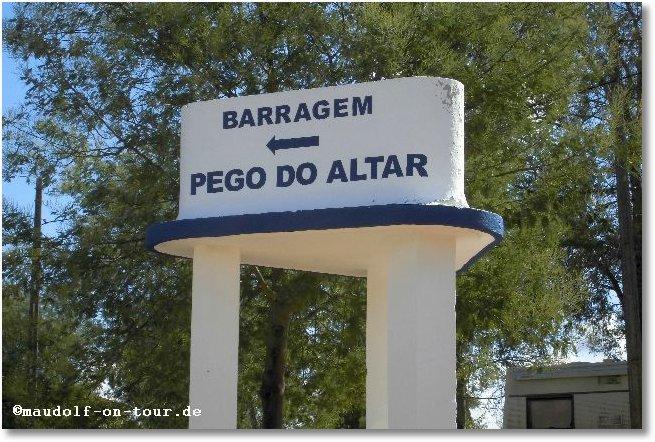 2015-10-15 Betonierter Wegweiser zum Pego do Altar 2