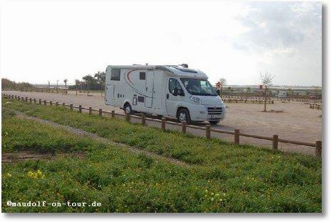 2017-01-02 Faro Parkplatz entlang der Landebahn 1